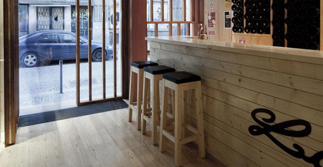 Bar de madera la boh me en oporto for Diseno de barras de bar en madera