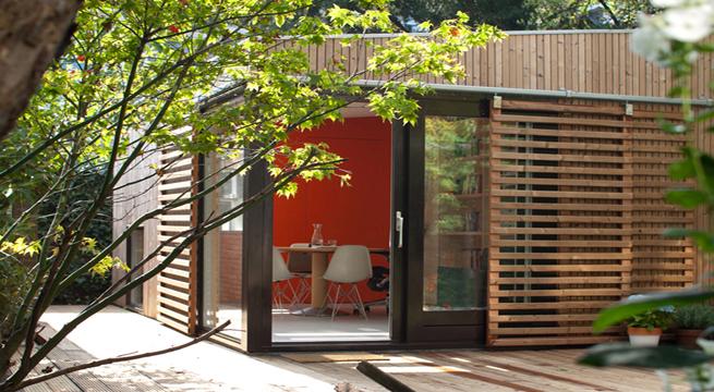 Casa de invitados en el jard n for Casas de madera para el jardin