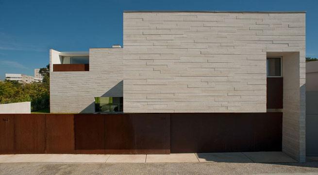 Villa minimalista en portugal - Vallas exteriores para casas ...