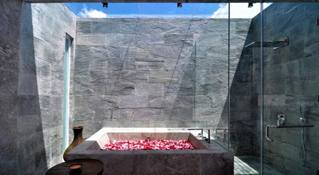 el suelo de piedra tambin es continuo y su textura superficial es lo nico que cambia para diferenciar los espacios alrededor de la piscina es basto e
