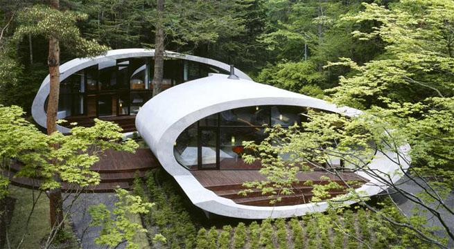 Impresionante villa futurista en un bosque