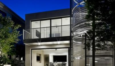 Casa de cristal con escalera futurista en texas for Alberca cristal londres