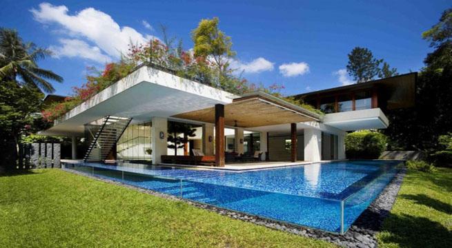 Mansi n de lujo con piscina de cristal for Casas de lujo con jardin y piscina