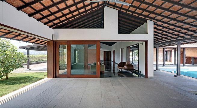 Casa de campo dividida por una piscina for Piscina casa de campo madrid