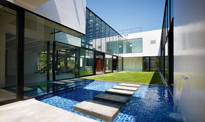Casa de lujo de agua y cristal for Alberca cristal londres
