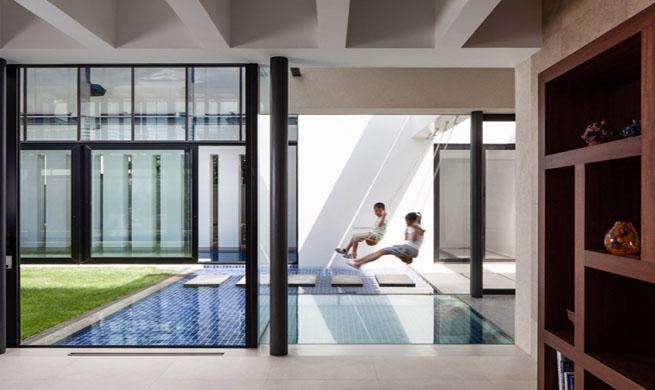 Este pavimento queda sutilmente dividido en cuatro zonas más pequeñas mediante el uso del mobiliario,