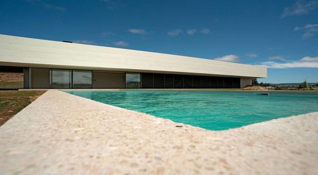 Espectacular casa minimalista con piscina for Casa minimalista con alberca