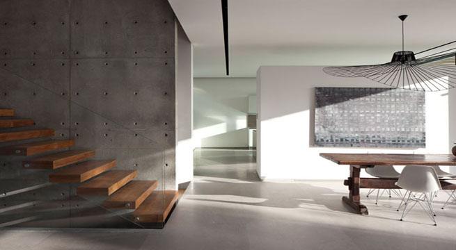 Como suele ser habitual en las viviendas modernas actuales, la relación entre los espacios exteriores e interiores se ha cuidado muy especialmente en este