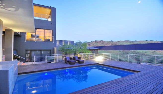 Residencia de lujo abierta al exterior for Piscinas estrechas y alargadas