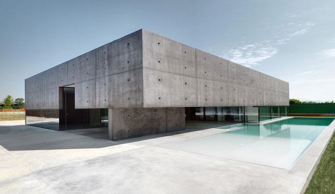 Impresionante vivienda de cemento y vidrio for Piscina martorell