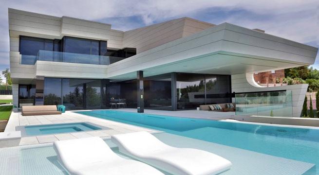 Impresionante vivienda futurista de a cero for Casa de lujo minimalista y espectacular con piscina por a cero