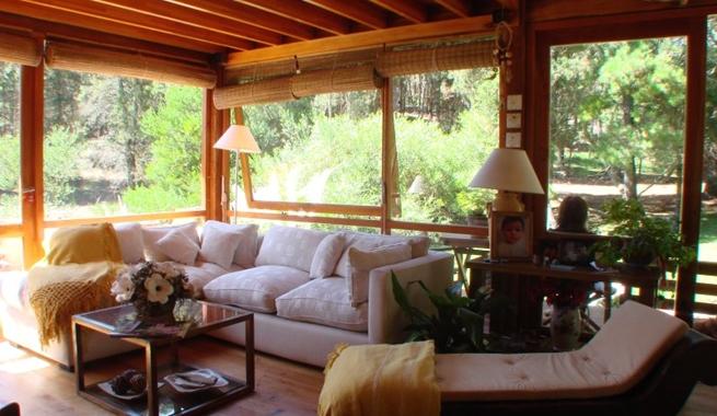 Casa de cristal y madera en medio del bosque