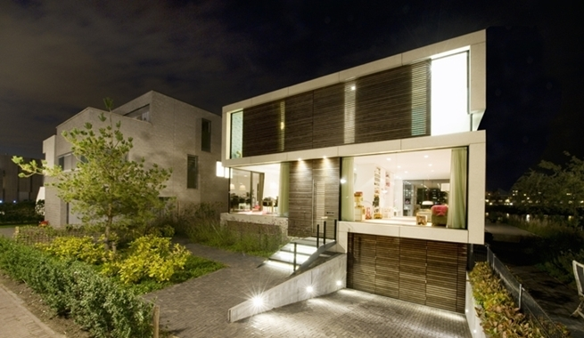 Casa de vidrio madera y piedra for Casas modernas planta baja
