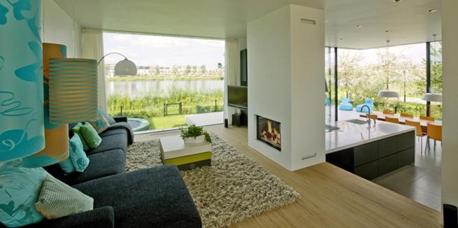 El interior de esta vivienda está desglosado en varias áreas de estar que siguen cierta continuidad. En la planta baja está la cocina, el comedor,