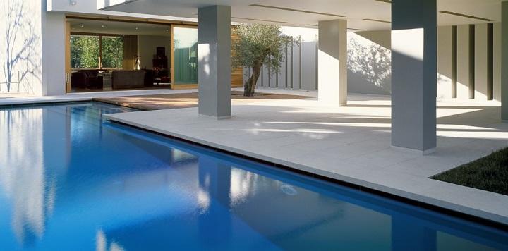 Casa con piscina en grecia for Casas con piscina interior fotos