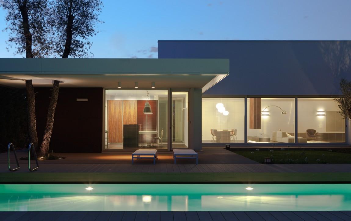 Moderna casa piscina italia10 for Casa moderna piscina