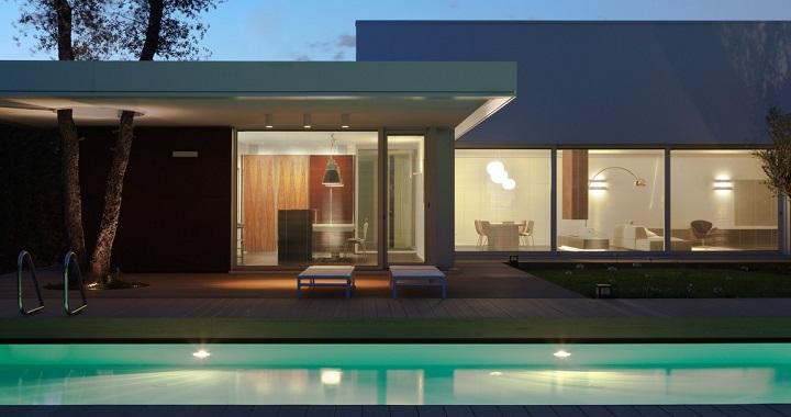 Moderna casa con piscina en italia for Piscinas para casas modernas