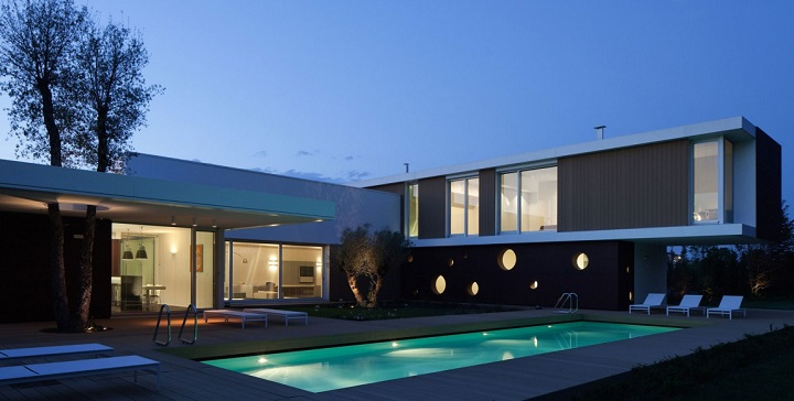 Moderna casa con piscina en italia for Casas con jardin y piscina